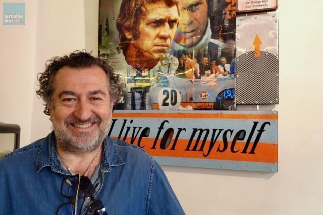 Photo portrait artiste Vincent Gachaga devant une œuvre