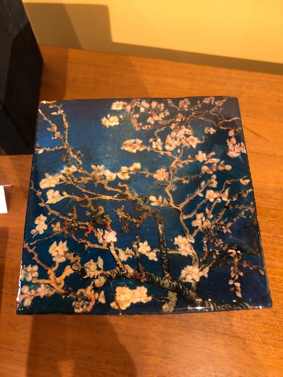 """Oeuvre d'art par Cathie Berthon : cube de bois brûlé avec résine en hommage à l'œuvre """"les cerisier"""" de Van Gogh. Petit cube"""