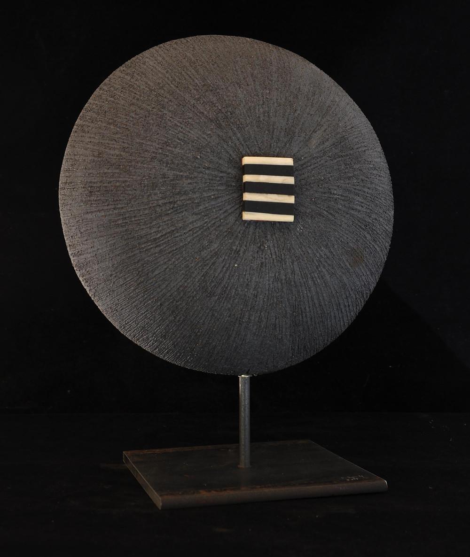 Sculpture art contemporain non figurative. Lune noire. Stéphane Szendy.