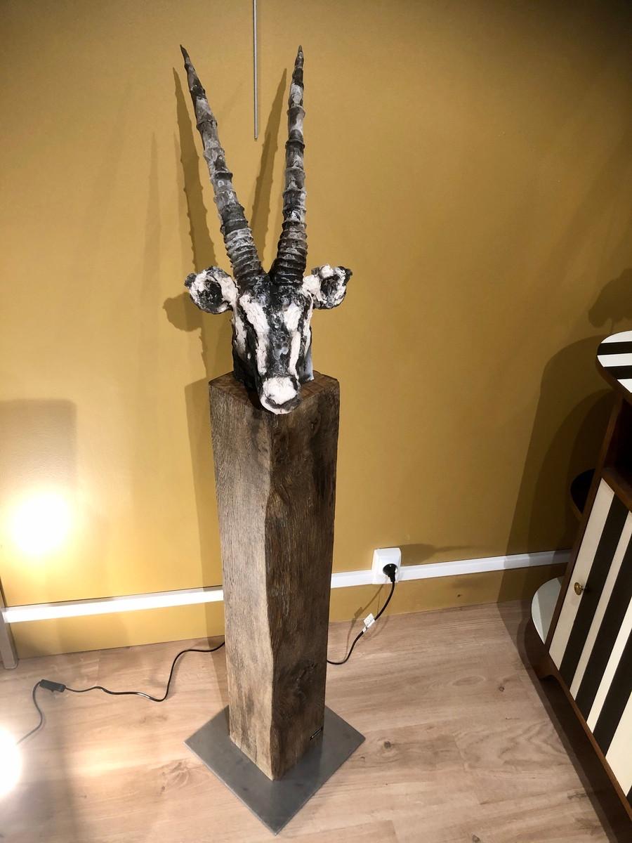 Sculpture : oryx en céramique sur socle de bois brut. Céramique enfumée