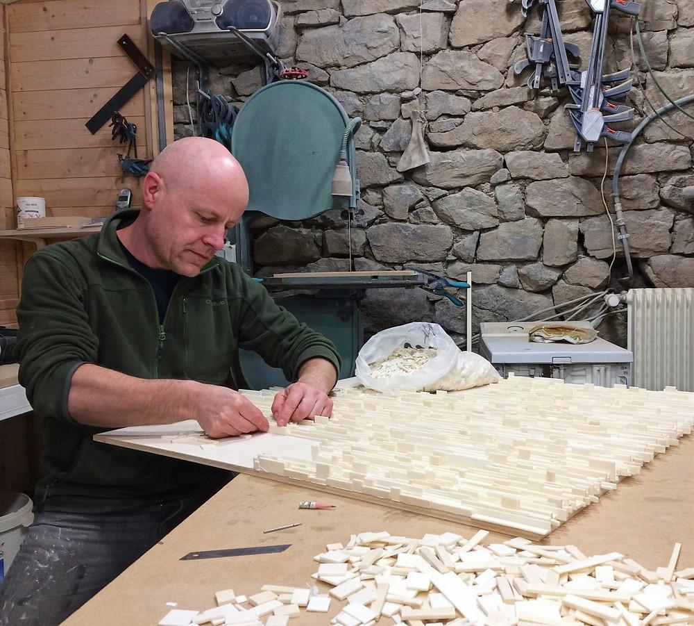 Guillaume Allemand travaillant dans son atelier. Artiste sur une pièce. Os animal