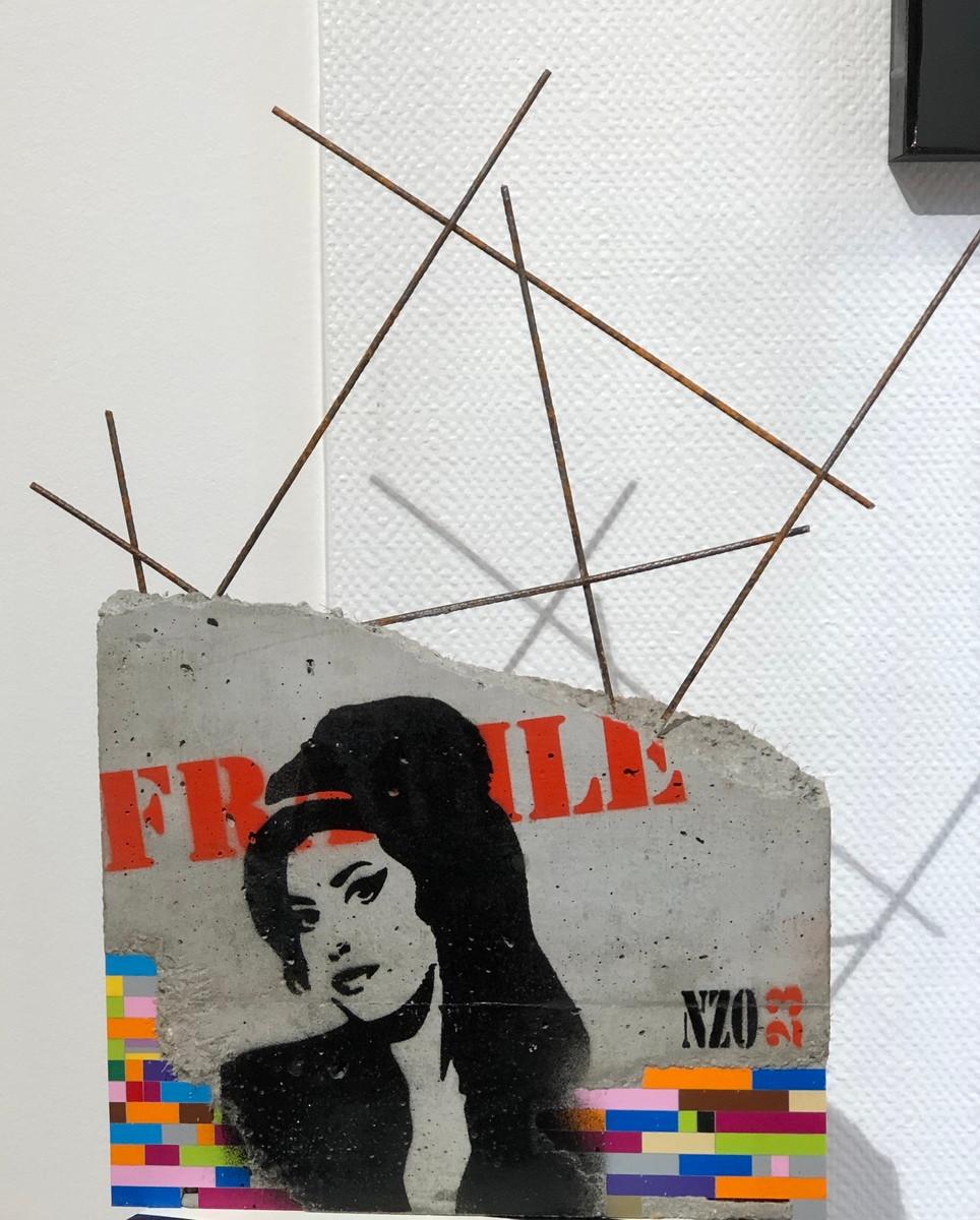 Béton, œuvre d'NZO23. Bloc de béton en hommage à Amy Winehouse avec incrustation de légos. Ferraillage. Petit prix