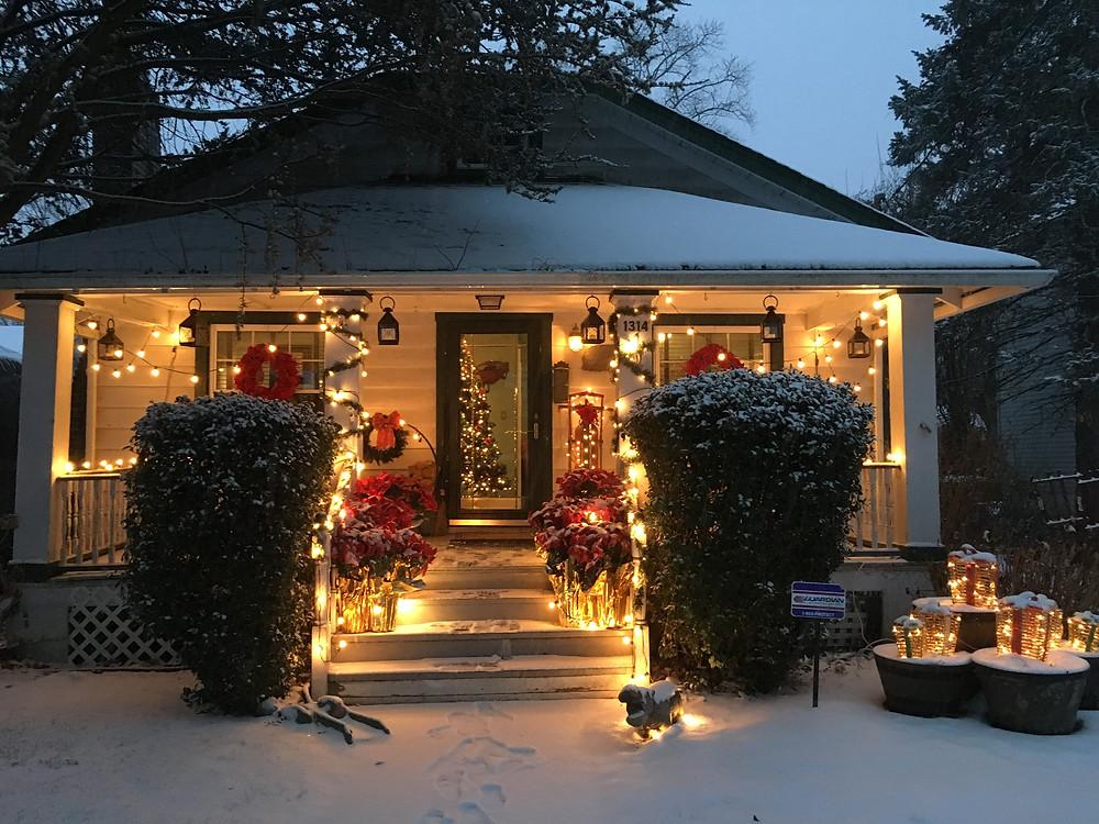 Alycia Yerves home Christmas decor 2017 exterior of home
