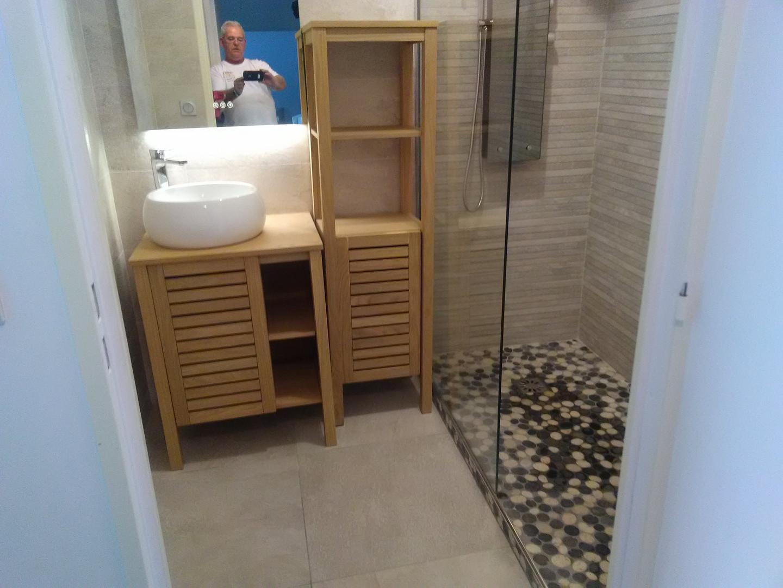 """Faïence intérieure de la zone douche 3 cotés, au grand format de H 30 x L 90 cm, rayés horizontal.  Colonne de douche haut de gamme """"Miroir"""""""