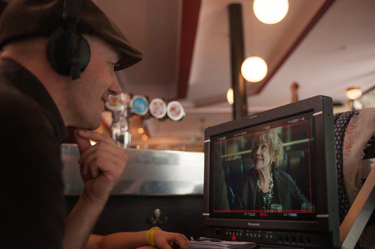 Ilmar Raag et Jeanne Moreau sur le tournage de UNE ESTONIENNE A PARIS