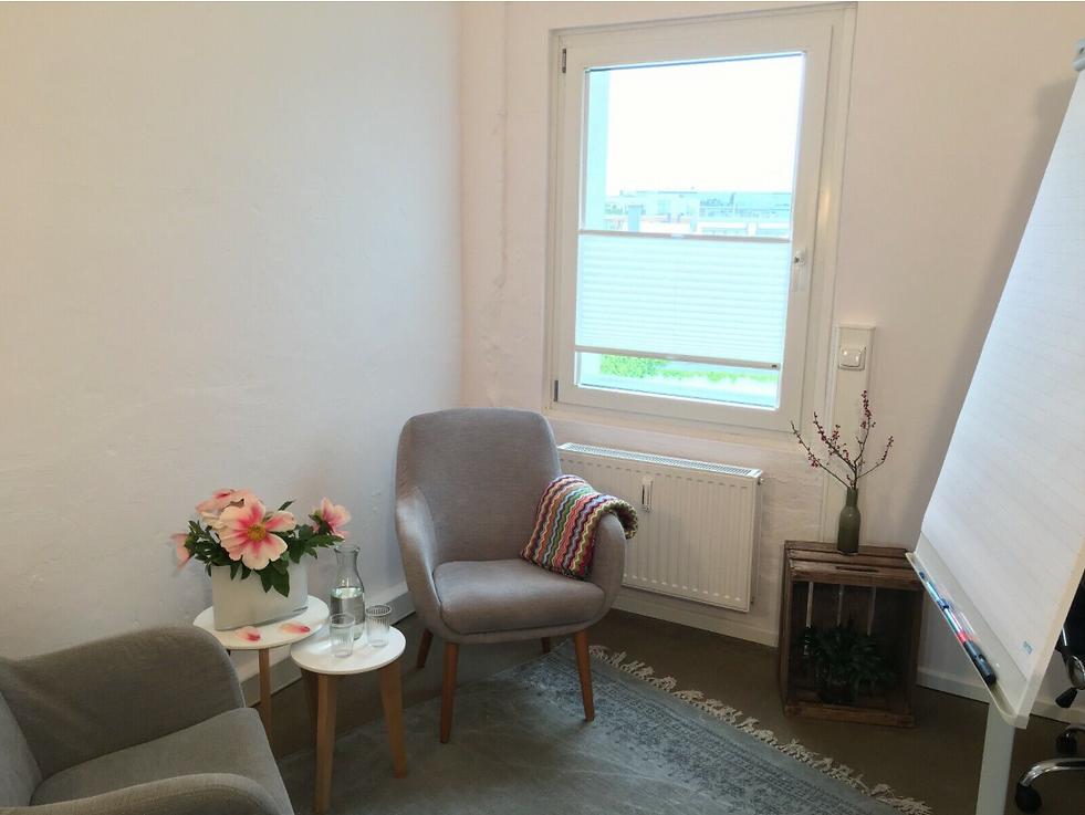 Lernraum in Hamburg mit einem Tisch und zwei Lehnstuhle.