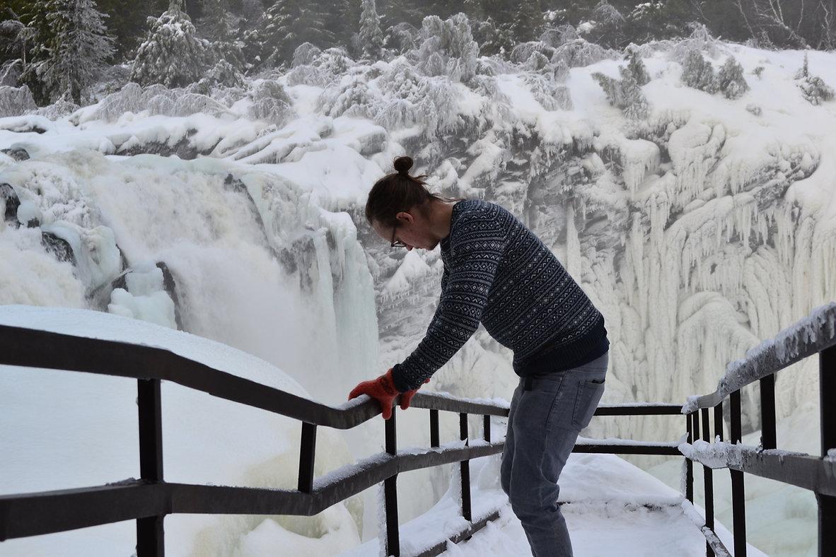 Schwedisch Foto von Tännforsen, Region Norrland. Ein Mann steht nebem dem gefrieren Fluss.