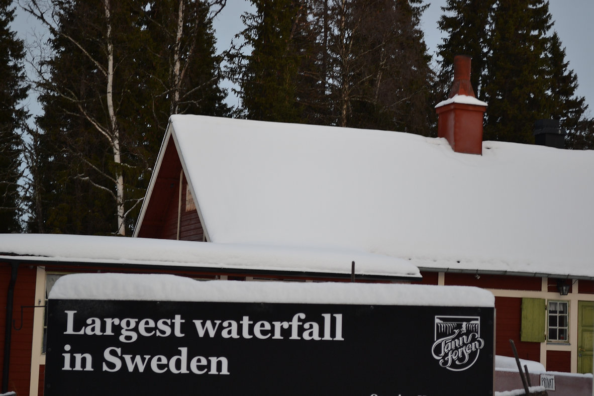 Schwedisch Foto von Tännforsen, Region Norrland. Ein Schild mit dem Text: Largest waterfall in Sweden.