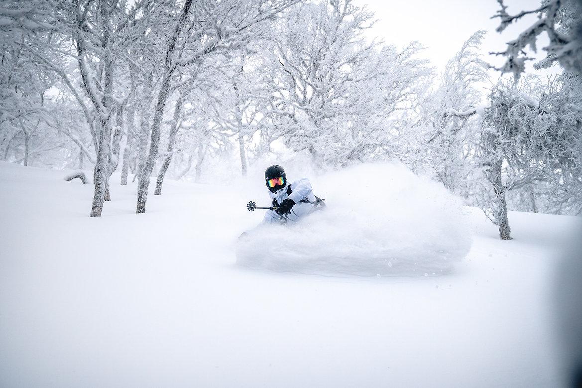 Schwedisch Foto von das Snowboard Fahren, Region Norrland in Jämtland. Das Schnee spritzt!