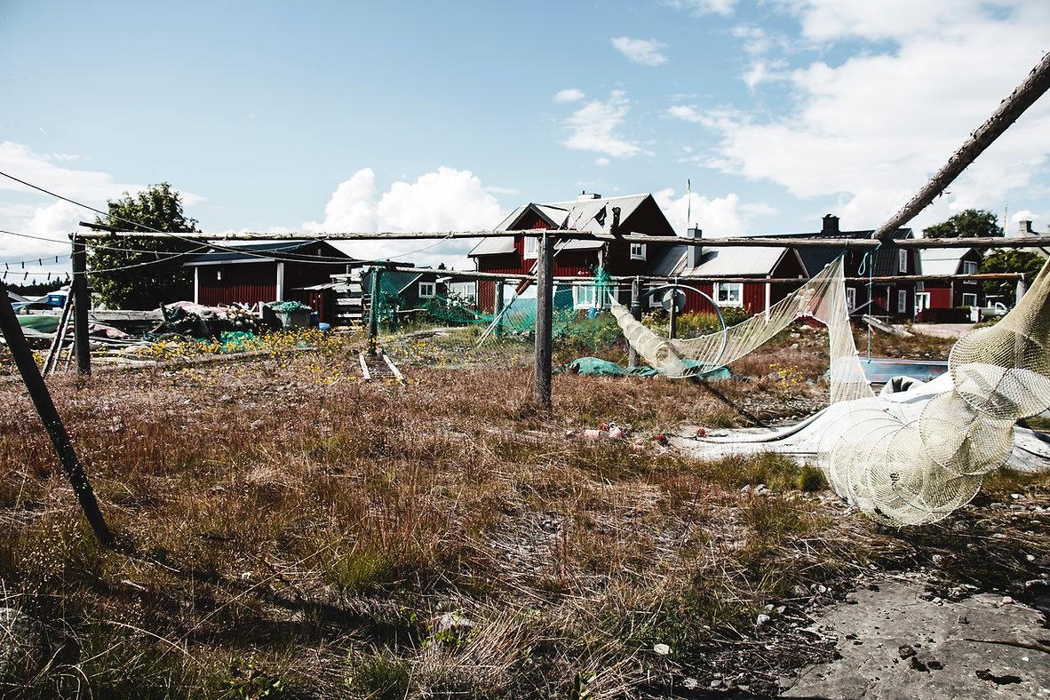 Schweden Foto: Der schwedische läntliche Gebiet, Rote Hauser mit Angelwerkzeuge. Schwedischer Fotograf Albin Fjällby.
