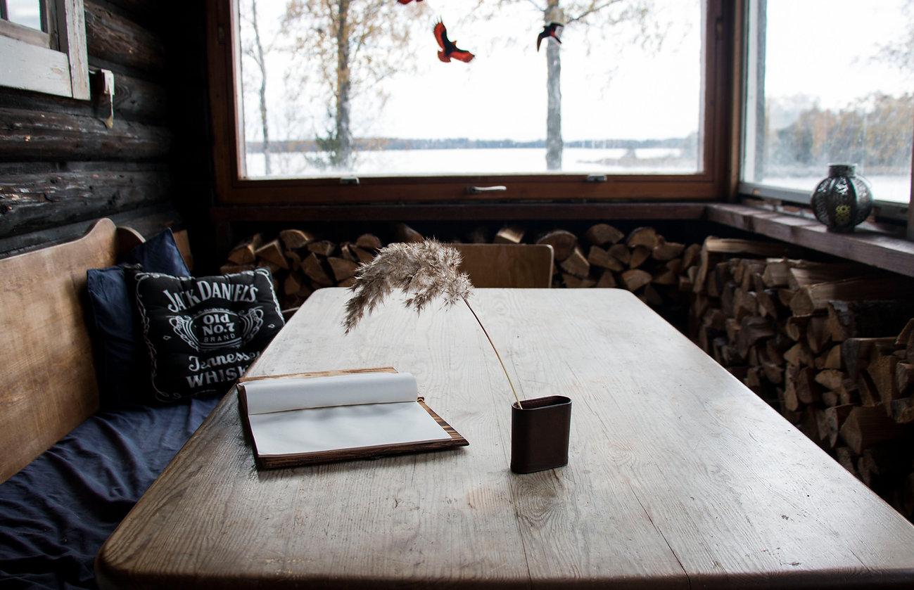 Ein altes Buch in Schweden am See. Ein symbol für das Lernkozept - der Dialog,  das Sprechen und das Schwedisch Unterricht.
