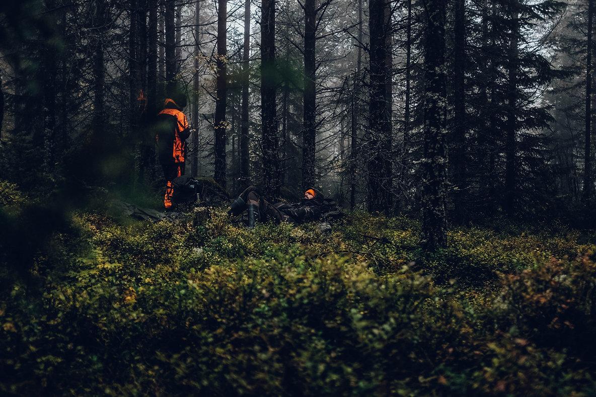 Zwei Männer liegem im schwedischen Wald, in Norrland, Schweden. Region Jämtland.