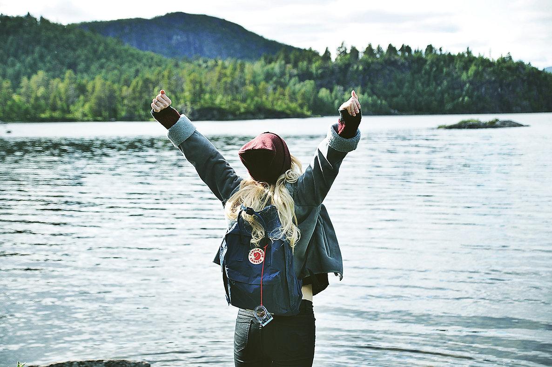 Schweden Foto von einem Mädchen an einem Waldsee im Sommer, Norrland - Jämtland. Nordschweden