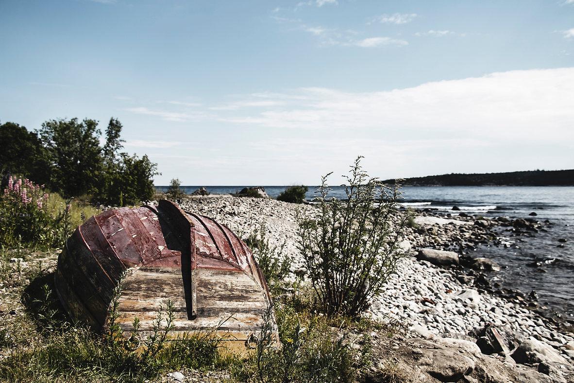 Ein rotes Boot am Strand in Schewden. Das Foto ist eine Reihe von schwedischen Fotos der Webseite.