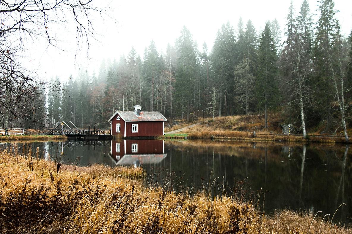 Naturfoto von Schweden, eine rote Hutte im Wald. Typisch Schwedisch Foto.