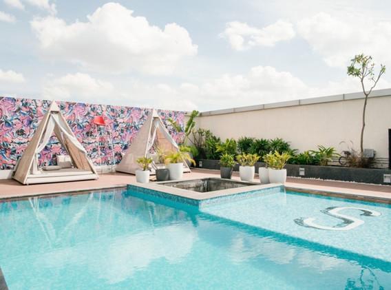 Hacer reuniones al lado de la piscina