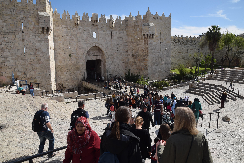 Koret_på_vej_gennem_Damascus_Gate