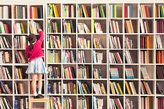 Mädchen mit Bücherregalen