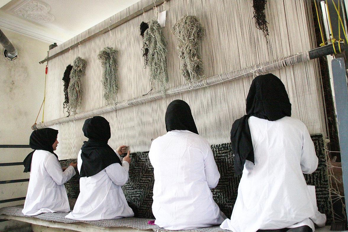 amadi-carpets-sakhi-weaving-center-01 (1