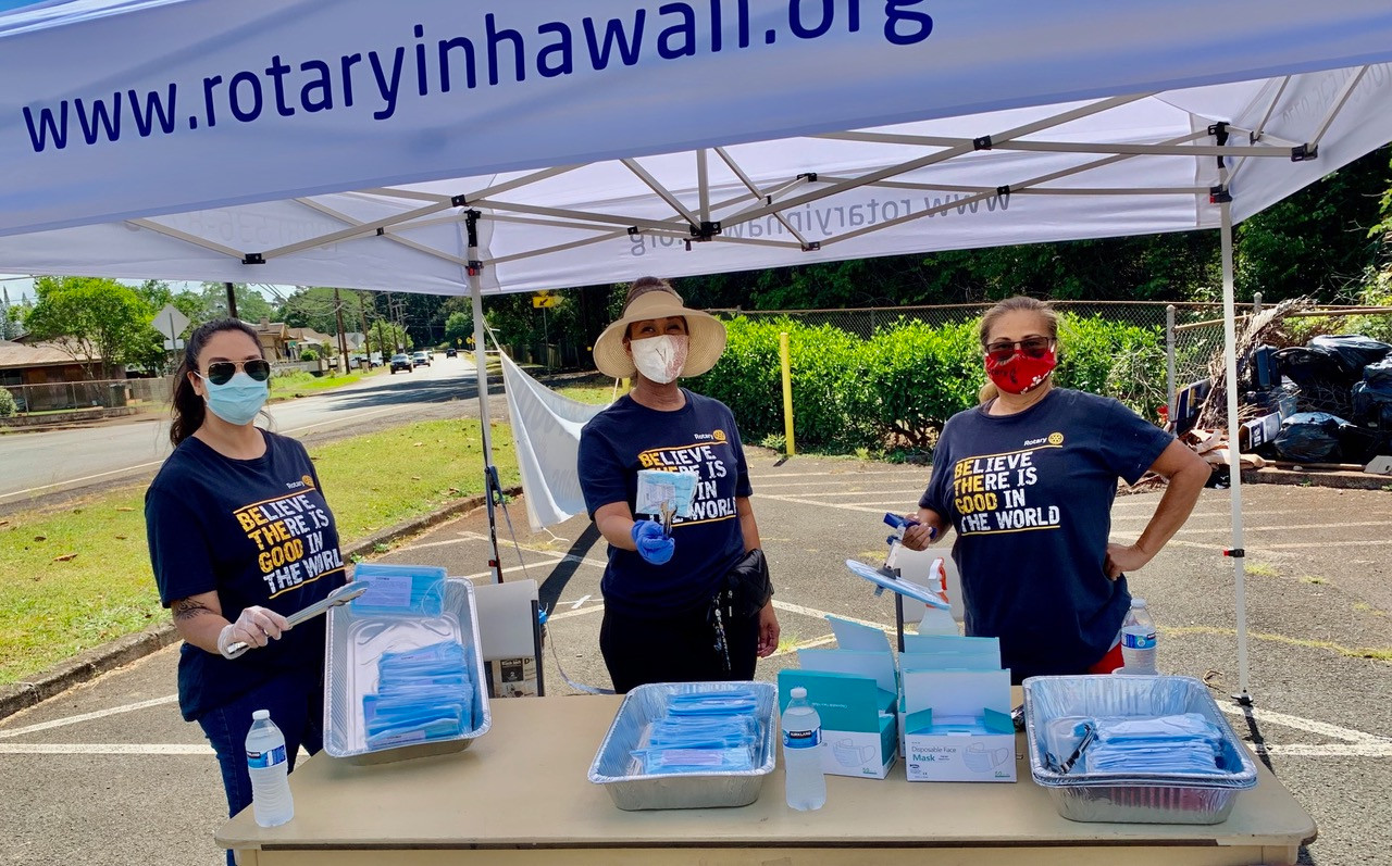 Helping to distribute free masks at Wahiawa District Park