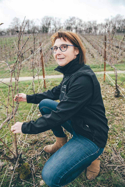 Sophie Deguerne dans ses vignes en hiver