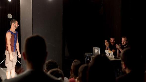 """Arena Delimitada por Superfície de Cor  - 2014 - Dança.  Lighting design - Moisez Vasconcellos.  Arena delimitada por superfície de cor traz para a cena performances que reverenciam as diversas personalidades humanas, com movimentos por vezes improvisado. """"Buscamos criar um lugar que representasse a paisagem interna, o universo mental particular de todo indivíduo que busca destacar-se da realidade objetiva do mundo moderno"""", explica o coreógrafo e idealizador do projeto, Isaac Araújo.  Arena Delimitada por Superfície de Cor é o primeiro trabalho concebido e dirigido por Isaac Araújo. O espetáculo trata das 'versões' de personalidade ou funções comportamentais que o indivíduo incorpora ao longo da vida, geralmente regidas pela moral e padrões do meio no qual ele vive. """"Buscamos criar um lugar que representasse a paisagem interna, o universo mental particular de todo indivíduo que busca destacar-se da realidade objetiva do mundo moderno"""", explica Isaac.  A coreografia parte da celebração da existência, na qual bailarinos são convidados a compartilhar a verdade de suas danças. """"Permiti e estimulei que seus corpos, os dos bailarinos, fossem movidos por forças primitivas, apostando neste combustível como o essencial a qualquer expressão de vida na Terra"""", disse o coreógrafo sobre a criação dos movimentos em cena.  Após estudar dança nos EUA e Áustria e trabalhar nas companhias Deborah Colker e Cisne Negro Cia. de Dança, Isaac Araújo, retorna à sua cidade natal, Brasília, decidido a criar sua própria companhia de dança.   Direção Isaac Araujo Bailarinos: Iago Gabriel Lívia Bennet Bárbara Albuquerque e Isaac Araujo  Foto: Joana França  Iluminação: Moises Vasconcellos Trilha Sonora Original: Tomás Seferin"""