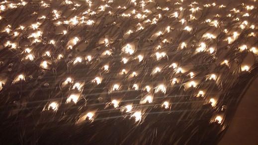"""Crepúsculo, 2015 - Christian Boltanski Lighting Programer - Moisez Vasconcellos.  A partir do dia 5 de setembro, a OCA no Ibirapuera em São Paulo, recebe a exposição """"Invento – As Revoluções que nos Inventaram"""", dedicada às invenções desenvolvidas nos últimos 150 anos que modificaram a vida humana. O grande destaque está na obra """"Crepúsculo"""" do artista plástico francês Christian Boltanski. Sua obra possui 480 lâmpadas que vão sendo apagadas ao longo da exibição. Sua última lâmpada será apagada no último dia da exposição. Por: Decio."""