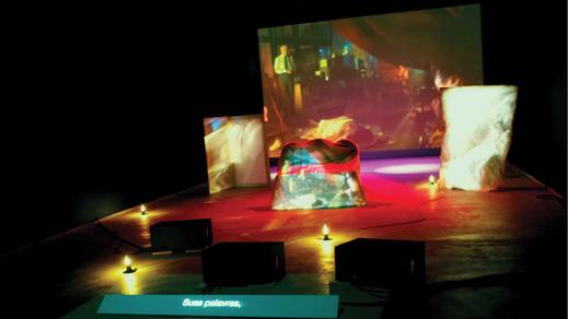 """Mostra """"I In U / Eu Em Tu"""" - 2010. Laurie Anderson Iluminação : Dalton Camergos. Lighting Programer - Time-code na Instalação de vídeo projeção de Scenes from Delusion - 2010: Moisez Vasconcellos."""