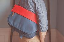 メッセンジャーバッグを運ぶ男