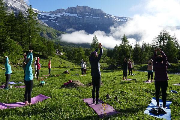 WE Yoga & Rando pratique matinale face au soleil :)