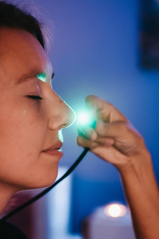 Elles associent plusieurs techniques de luminothérapie (chromopuncture, bain de couleur et luminothérapie oculaire) dans le but de prévenir ou soigner certains symptômes récurrents chez la plupart d'entre nous. Je propose 3 cures différentes au cabinet:  l'énérgie au quotidien: prévient/soigne la dépression saisonnière  la beauté de la peau: prévient/soigne les irritations et le vieillissement de la peau  la souplesse du dos: prévient/soigne les tensions du dos