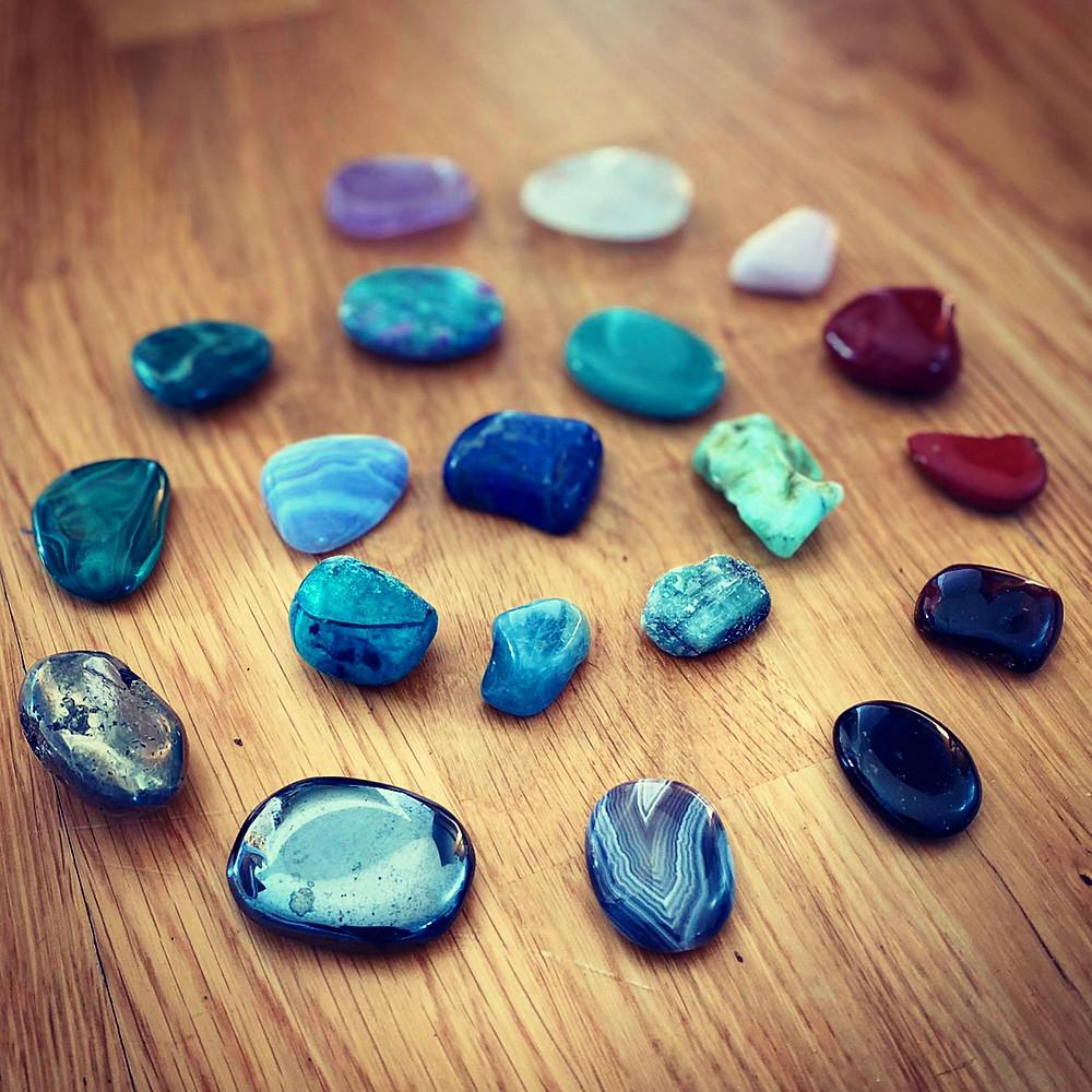 Les pierres et les minéraux émettent des vibrations, au même titre que les couleurs, capables d'agir sur le corps pour améliorer le bien-être à son contact ou à sa proximité.  Exactement comme les couleurs, chaque pierre a ses spécificités. Certaines peuvent calmer, apaiser, alors que d'autres peuvent, stimuler, tonifier ou encore équilibrer.   Après l'acquisition d'une pierre, il est conseillé de la « purifier » en la passant sous l'eau froide et de la « recharger » en la mettant au soleil, à la pleine lune ou sur un amas de quartz.