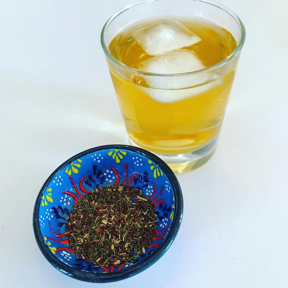 Le thé vert contient de puissants antioxydants. Il est bon pour la mémoire, prévient les maladies cardiovasculaires, les cancers et le diabète. Pour un goût sucré mais pas trop, je rajoute un peu de sirop d'agave. Succès garanti !
