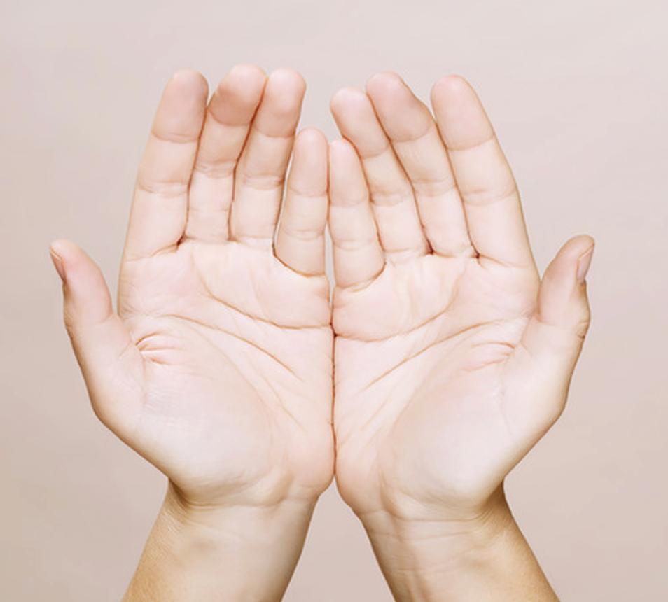 La guérison entre nos mains  Cette approche holistique d'origine japonaise appartient aux approches énergétiques. Elle consiste à éveiller un processus dynamique de guérison en intervenant sur le champ vibratoire du patient.   Etymologie: 👉 En japonais, Rei veut dire universel. Cela inclut la matière, l'âme et l'esprit.  👉 Ki (ou Qi) renvoie à l'énergie vitale qui circule en nous, telle que la comprennent la médecine traditionnelle chinoise et l'ayurveda.  👉 Le Reiki est donc la connexion ou la reconnexion entre l'énergie universelle et notre force vitale.  Principe: C'est par les mains du praticien que l'énergie se transmet. Elles entrent parfois en contact avec le corps, parfois elles se situent juste au-dessus.     Formation: Je suis actuellement en train de me former au Reiki. Cette méthode holistique et spirituelle m'a rapidement séduite et convaincue. D'autant plus qu'elle se combine à merveille à la luminothérapie. Elle permet de renforcer les effets bénéfiques de la lumière et amplifie l'énergie vibratoire.