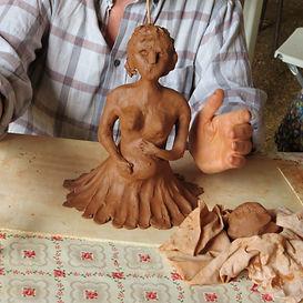 Stage d'été Les Ateliers du Vau Séverine Lièvre modelage terre