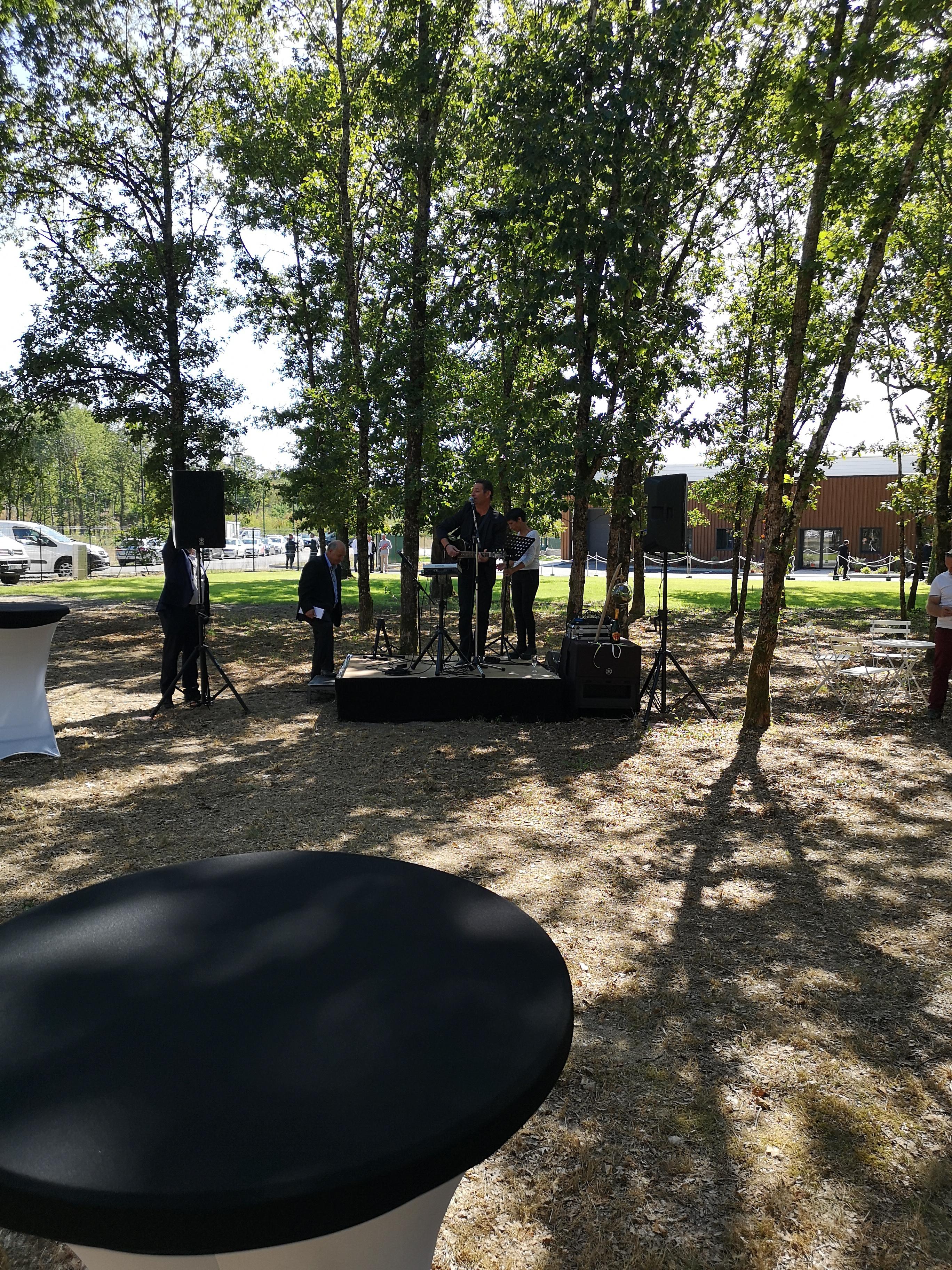 Installation d'une scène pour un concert en extérieur dans le Loiret par LDV vision & réception