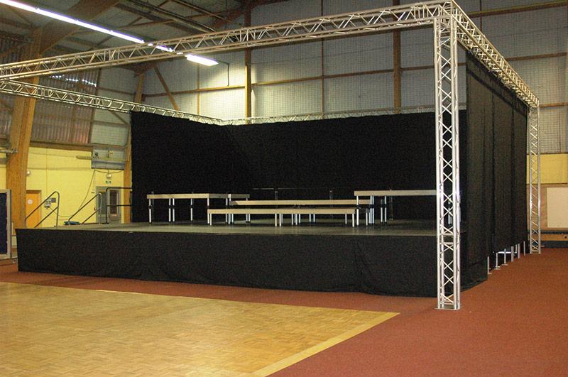 installation d'une scène dans un gymnase par LDV vision & réception