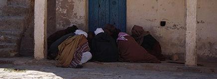 Mannen spelen 'n spelletje in Ksar Ezzahra, Tunesië - Saffraan Reizen