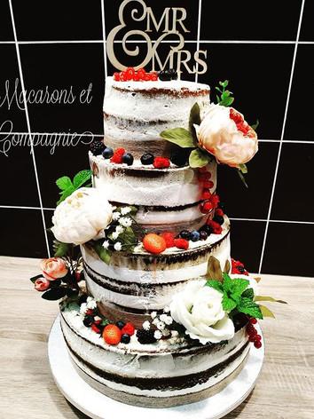 Nude cake fleurs et fruits rouges pour m