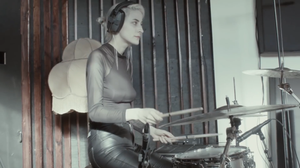 Trommeslager i det svenske alternative indie band Pale Honey under deres indspilninger i Tapetowns lydstudie på Lydhavnen