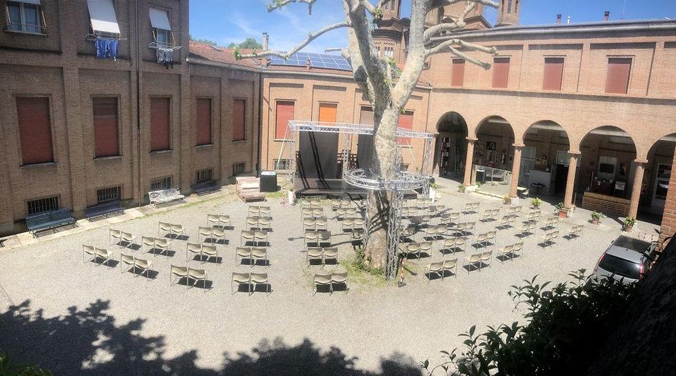 Tempio sedie in Cortile.jpg