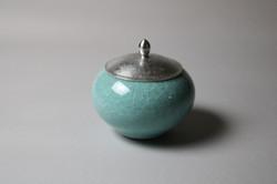 錫蓋付青磁壺 Celadon pot with pewter lid