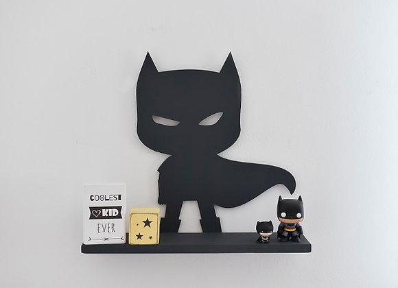 מדף באטמן עומד עם גלימה