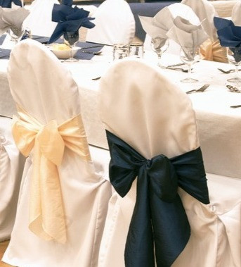 christmas-festive-chairs-ribbons-chaircovers