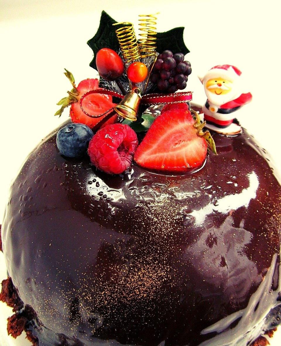 christmas-chocolate-cake-with-fruits-raspberry-vanil-icing-christmas-table