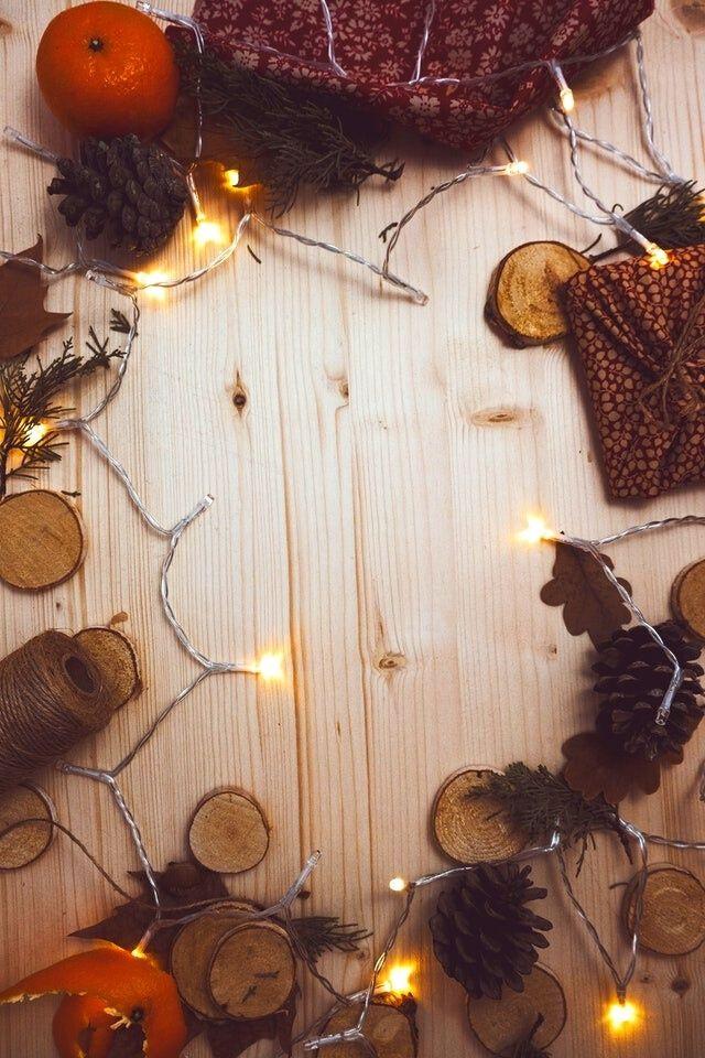 handmade-wreath-oranges-pinecones-lights-christmas-table-decorations