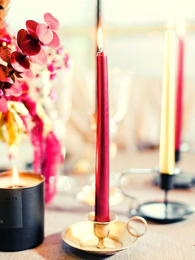 metallic-colored-candles-christmas-table-red-gold