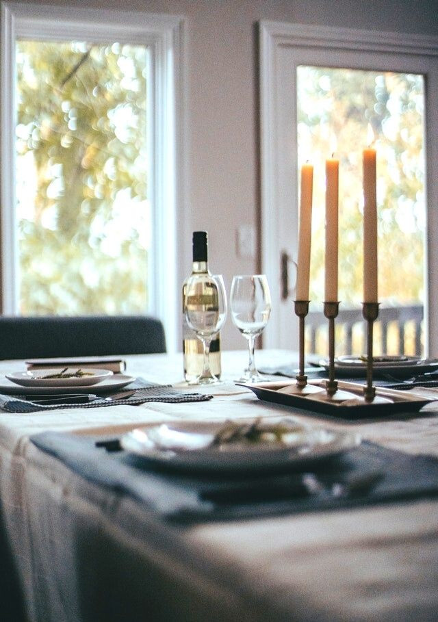 christmas-table-white-tablecloth-high-candlesticks-wine