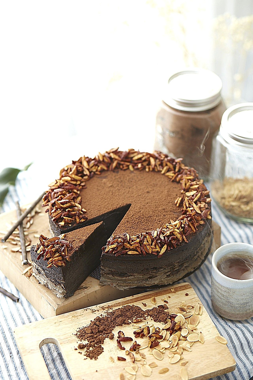 christmas-chocolate-cake-vanil-nuts-fruits-cacao