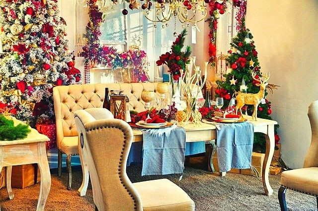 christmas-livingroom-table-red-christmastree-traverse-ornaments-gold